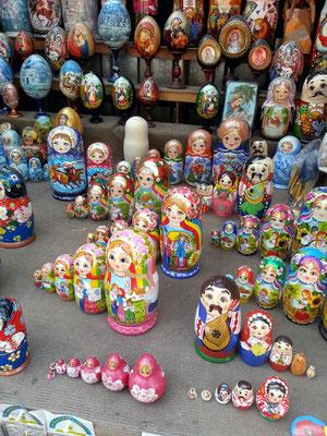 Matrjoschkas sind aus Holz gefertigte und bunt bemalte, ineinander schachtelbare, eiförmige russische Puppen mit Talisman-Charakter.