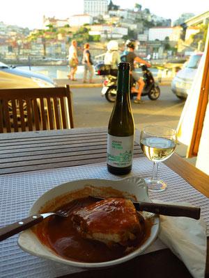 """Portugiesische Nationalspeise """"Francesinha"""", die ursprünglich aus Porto stammt, dazu vinho verde aus Nordportugal"""