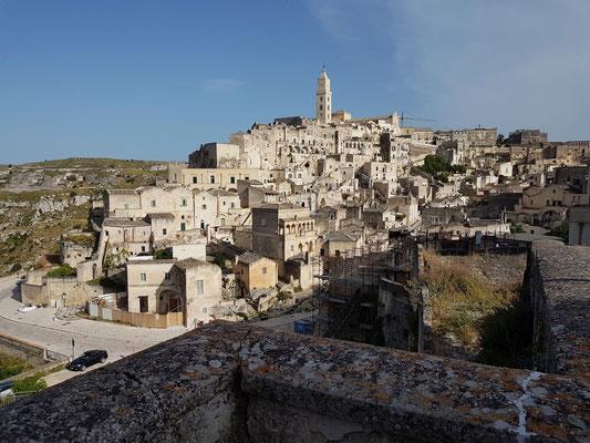 Blick von der Via D'Addozzio auf Matera (Sasso Barisano)