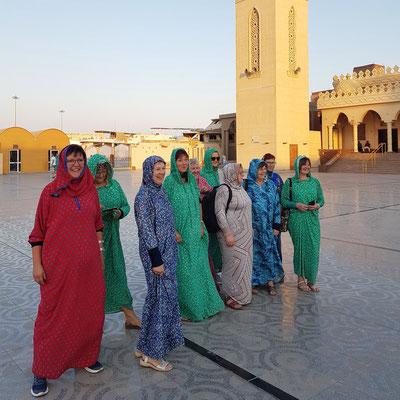 Frauen unserer Reisegruppe vor dem Besuch der Moschee El Mina Masjid