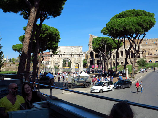 Fahrt durch Rom mit einem Panoramabus (Hopp-On Hopp-Off), hier am Kolosseum und Konstantinsbogen