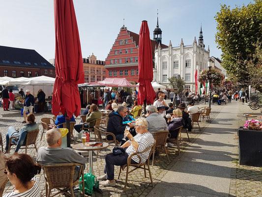 Marktplatz mit Blick auf das rote Rathaus