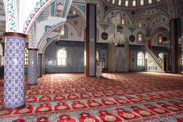 Mihrab (Gebetsnische) und Minbar (Kanzel) in der Külliye Moschee