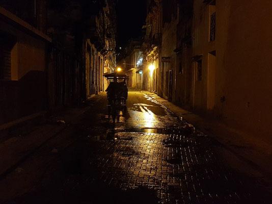 Heimweg von La Vitrola zum Mini Hotel Barza, einsamer Rikscha-Fahrer