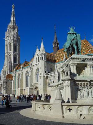 Matthiaskirche von SO. Zwischen 1873 und 1896 wurden an der Matthiaskirche Umbauten und Erweiterungen nach Plänen von Frigyes Schulek vorgenommen. Er hat der Matthiaskirche ihre heutige neugotische Form und ihr jetziges Aussehen verliehen.