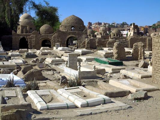 Fatimidischer Friedhof mit mehreren hundert islamischen Gräbern aus Lehmziegeln, die zwischen dem 8. und 12. Jahrhundert erbaut wurden