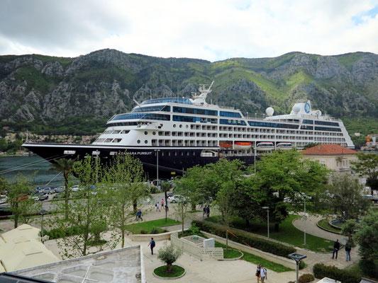 """Kreuzfahrtschiff """"Azamara Pursuit"""" an der Kaimauer von Kotor"""