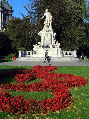 Mozart-Denkmal zu Ehren des Komponisten Wolfgang Amadeus Mozart im Burggarten