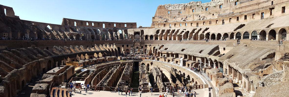 Kolosseum. Panorama des Innenraums. Im Vordergrund moderner Nachbau des Arenabodens