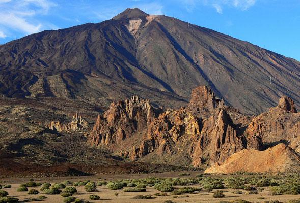 Caldera de las Cañadas bei Sonnenuntergang. Blick von der Ucanca-Ebene auf die Felsgruppe Los Roques und auf den Pico de Teide, im Vordergrund Teide-Ginster