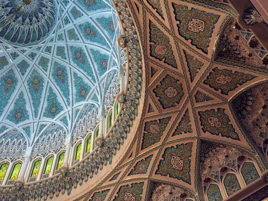 Große Männergebetshalle. Die reich mit Kalligrafien und Arabesken verzierte Holzdecke stellt das optische Gegenstück zum Teppich dar.
