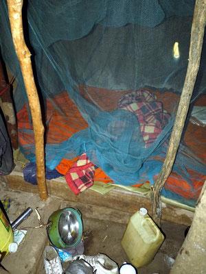 Schlafstelle mit Moskitoschutz in einer Massai-Hütte