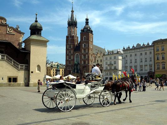 Rathausplatz mit Tuchhallen (links) und Marienkirche (im Hintergrund)