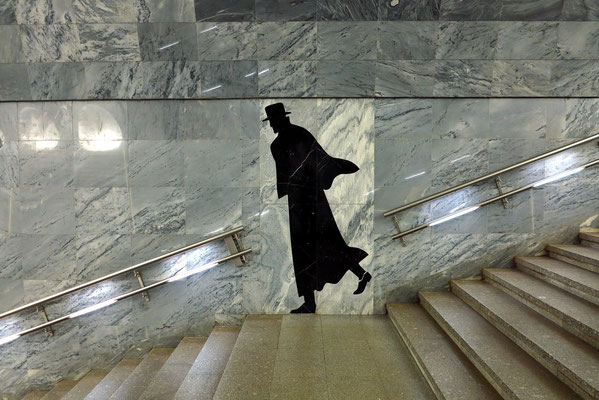 Dostoevskaja, Figur an der Treppe zur Bahnsteighalle