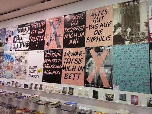 """Im Wien Museum, verschiedene Plakate weisen auf die Ausstellung """"Sex in Wien"""" hin."""