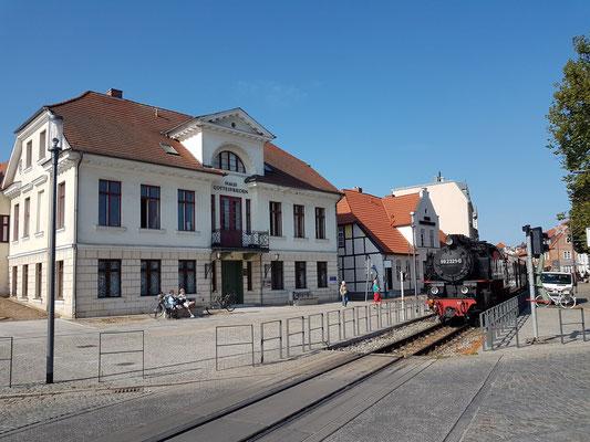 Die Molli-Dampfeisenbahn fährt durch die enge Innenstadt von Bad Doberan.