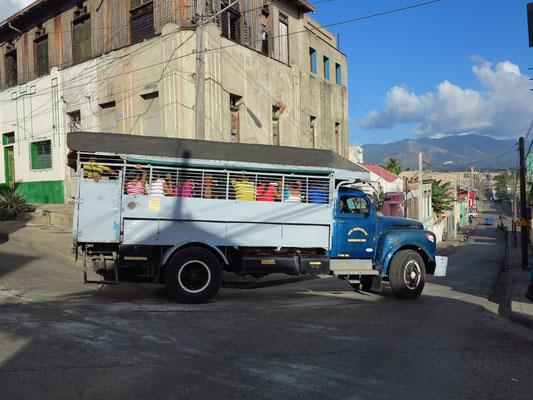 Vollbesetzter Camión