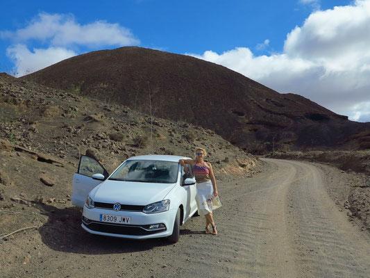 Unser Mietwagen VW Polo TSI vor dem Vulkan Caldera de Gairía