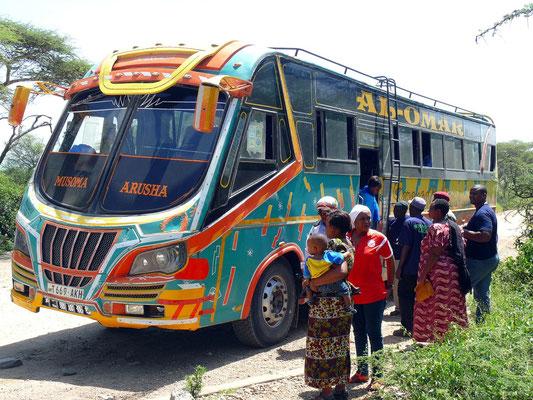 Der Linienbus von Musoma nach Arusha hält am Serengeti Visitor's Centre.