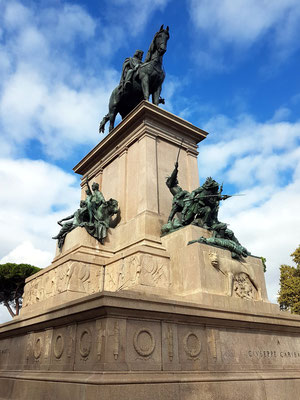 Das dem Giuseppe Garibaldi geweihte Reiterdenkmal ist eine imposante Reiterstatue auf dem höchsten Punkt des Hügels Gianicolo auf der Piazza Garibaldi, 1895