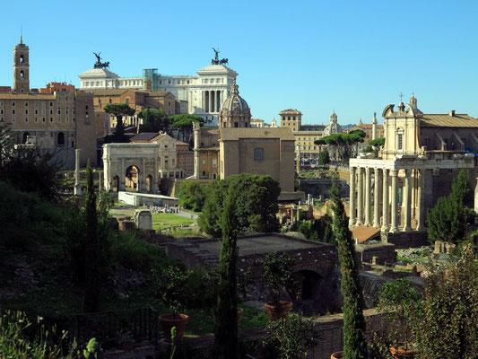 Forum Romanum mit dem Tempel des Antoninus Pius und der Faustina (rechts) und dem Septimius-Severus-Bogen