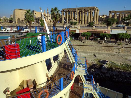 Blick von der festgemachten Solaris II auf den Luxor-Tempel