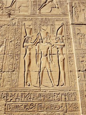 Eine der berühmtesten Szenen im Tempelumgang von Edfu ist die Krönungszeremonie: Göttin Nechbet (rechts) und Göttin Wadjet/Uto (links) setzen dem Ptolemaios die Doppelkrone auf.