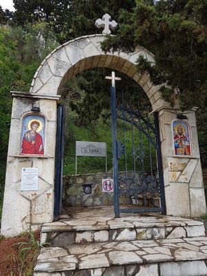 Eingang vom Strand von Bečići zur serbisch-orthodoxen Kirche Sv. Toma