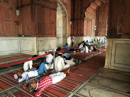 In der Gebetshalle der Moschee Jama Masjid