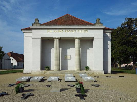Schinkel-Kirche und Grabplatten der Familie Hardenberg