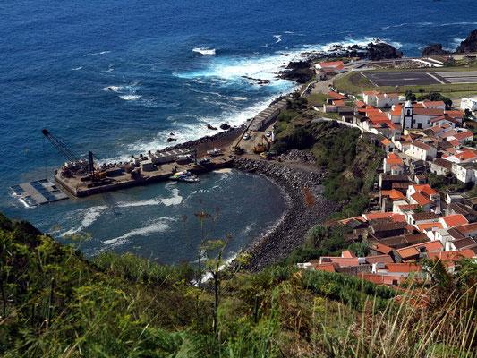 Blick auf den Hafen von Vila do Corvo