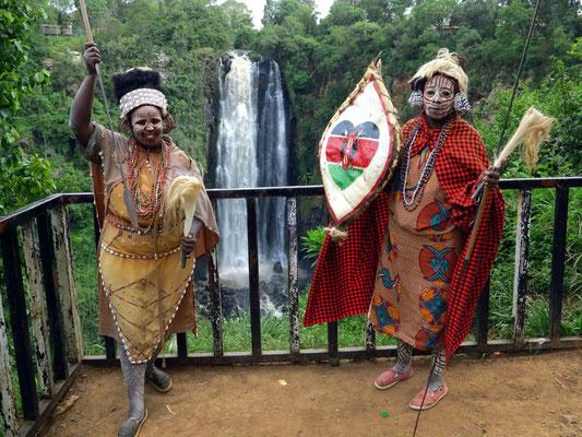 Stamm der Kikuyu, Krieger in voller Ausrüstung mit Speer und einem Schild aus Büffelleder