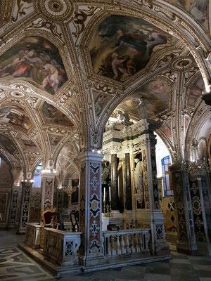 Krypta. Hier befindet sich das bedeutendste Pilgerziel von Amalfi: die Reliquien des Heiligen Andreas