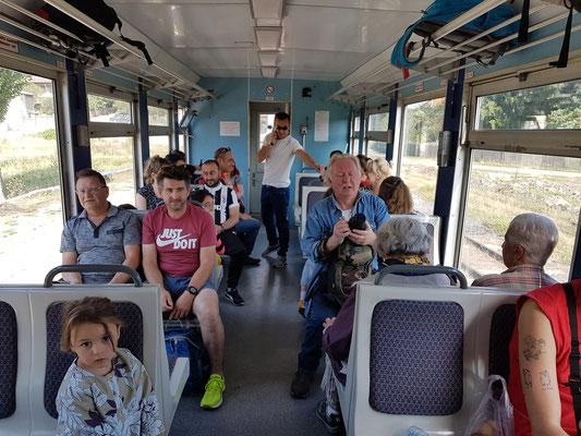 Im Personenwagen der Schmalspurbahn