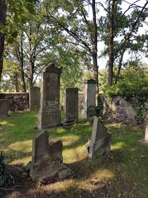 Jüdischer Friedhof in Groß Neuendorf, Grabsteine. Bau der jüdischen Synagoge 1865, Gottesdienste bis 1910