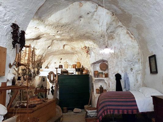 Höhlenwohnung mit einem Raum zum Wohnen, Schlafen und Arbeiten