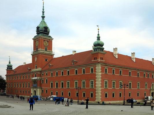 Das Warschauer Königsschloss war bis zum 18. Jahrhundert der Sitz der polnischen Könige. Nach der vollständigen Zerstörung im Zweiten Weltkrieg durch die deutschen Streitkräfte wurde es in den 1970ern und 1980er Jahren wieder aufgebaut.