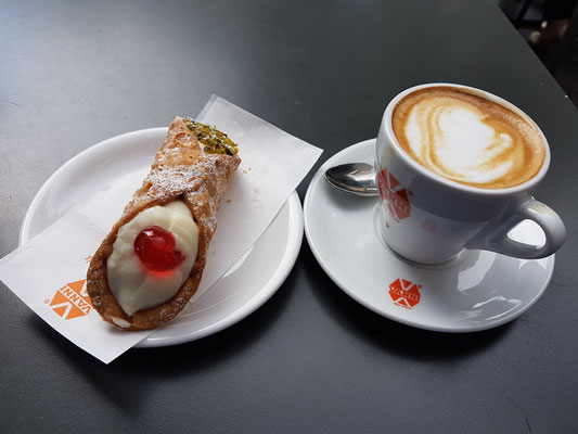 Genuss und Abschied von Rom im Außencafé von Vanni: Cappuccino und Cannolo (frittierte Teigrolle mit einer süßen cremigen Füllung aus Ricotta, die Vanille, Kakao, Schokoladenstückchen oder kandierte Früchte enthalten kann)