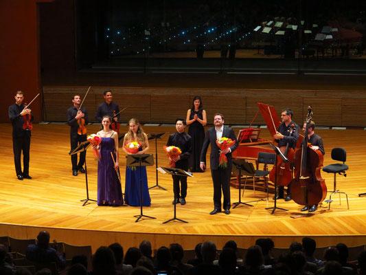 """Applaus für die Musiker der Aufführung """"Bach Concertante"""" am 15.4.2019, mit den Solisten Julie Moulin, Lucie Horsch, Kerson Leong und Manuel Gómez Ruiz (v.l.n.r.)"""