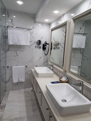 Bad mit 2 Waschbecken und Spiegeln