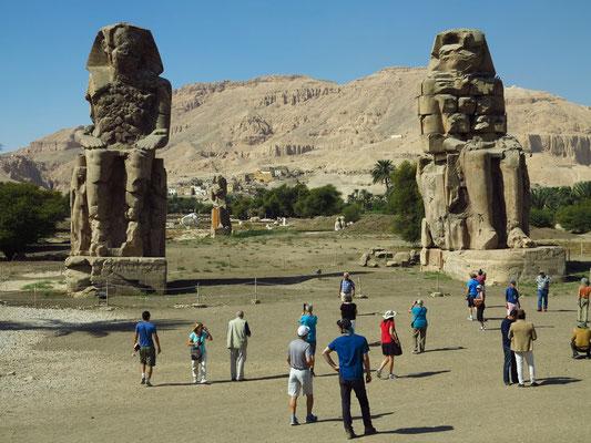 Die Memnonkolosse sind zwei nebeneinander stehende altägyptische Kolossalstatuen aus dem 14. Jahrhundert v. Chr.