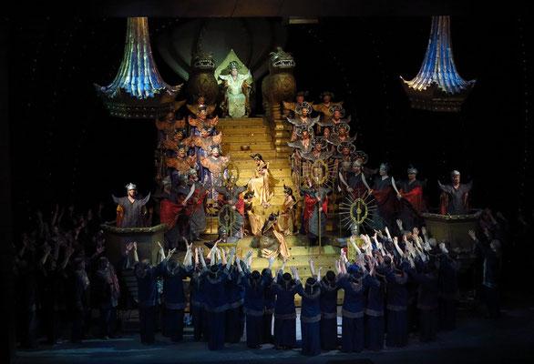 Dritter Akt, zweites Bild: Außenseite des kaiserlichen Palastes