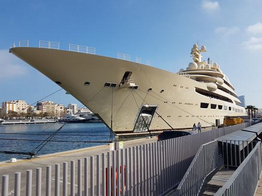 """Megayacht """"Dilbar"""" im Hafen von Barcelona, 2015/2016 gebaut auf der Fr. Lürssen Werft in Bremen"""