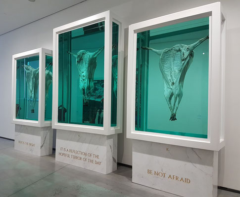 Damien Hirst (geb. 1965): God Alone Knows, 2007. Glass, painted stainless steel, silicone, mirror, stainless steel, plastic cable ties, sheep and formaldehyd solution, with steel and Carrara Marble plinths