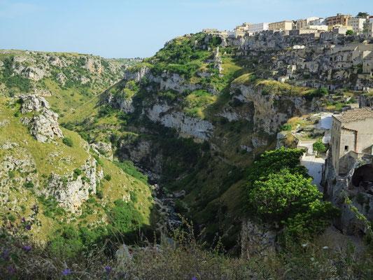 Blick in die Schlucht des Flusses Gravina und zu ehemaligen Höhlenwohnungen im Süden von Matera