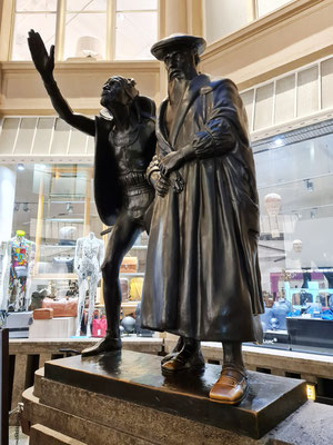 Bronzegruppe Faust und Mephisto, der die Studenten verzaubert, vor Auerbachs Keller in der Mädlerpassage (Jugendstilkünstler Mathieu Molitor)