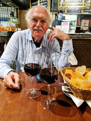 Galeries Lafayette, Weinbar. Ein hervorragender weicher Rotwein, gefolgt von einer Platte mit französischem Käse
