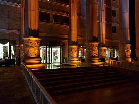 Kolonade auf der Gartenseite des Artemis-Hotels