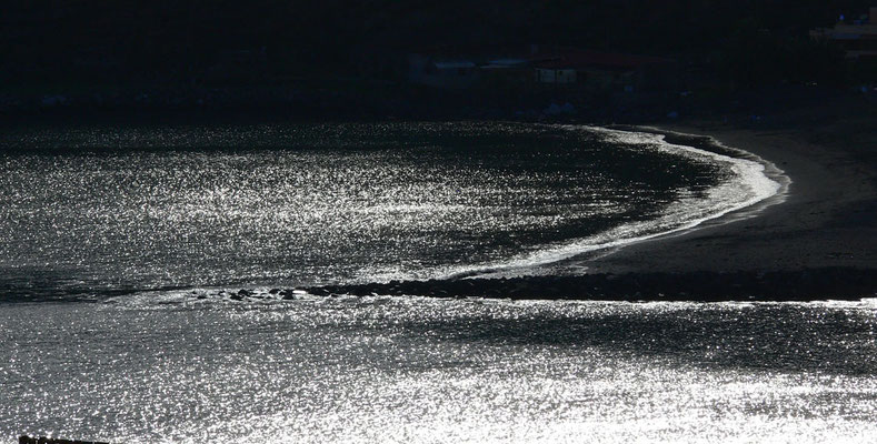 Schwarzer Sandstrand von San Sebastián im Gegenlicht