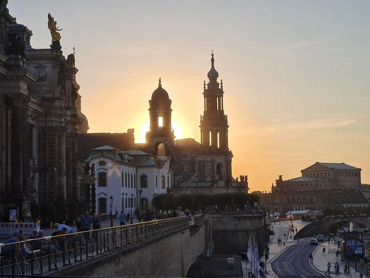 Abendstimmung an der Elbe, Blick zur Katholischen Hofkirche und zur Semperoper (rechts)